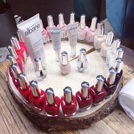 nouvelle_collection_camille_albane_mains_vernis_ongles_rouges_rose_nude